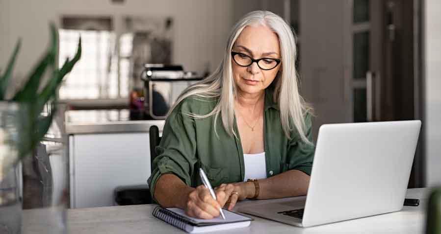 mujer delante de su ordenador descubriendo el beneficio de inventario gracias a atlántico legal