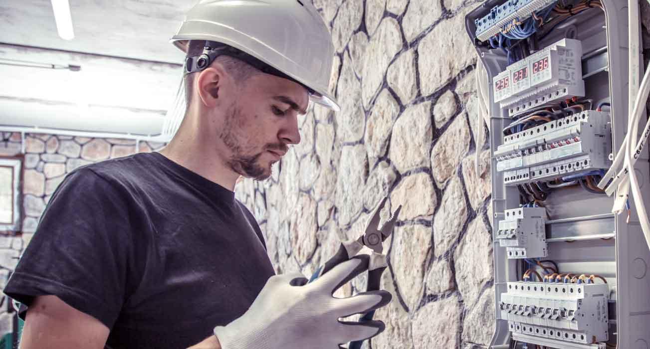 hombre cerca de un contador eléctrico en las palmas de gran canaria