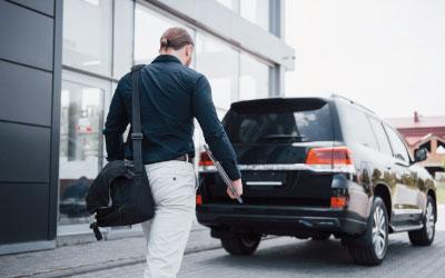 Hombre con su coche, después de un accidente de tráfico, saliendo del despacho de Atlántico Legal.