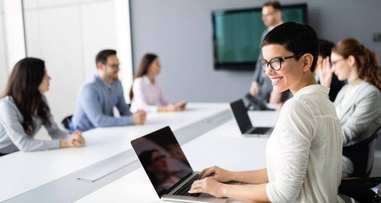 Abogada laboralista de Atlántico Legal contestando a clientes online sobre el despido.